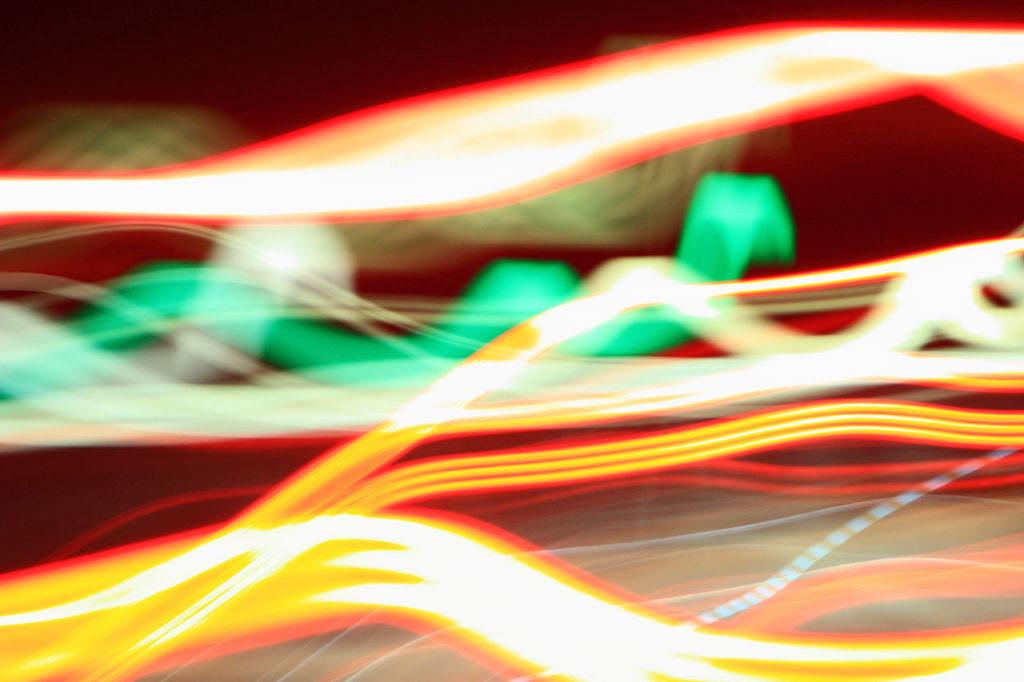 レイトレーシングを想起する光線の画像
